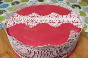 Nougat-Torte mit Spitze